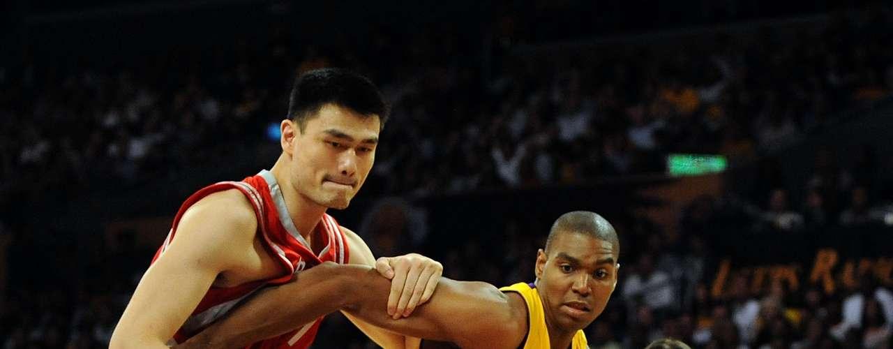 El chino Yao Ming, está dentro de los primeros tres más altos de la NBA con 2, 29 metros de altura.