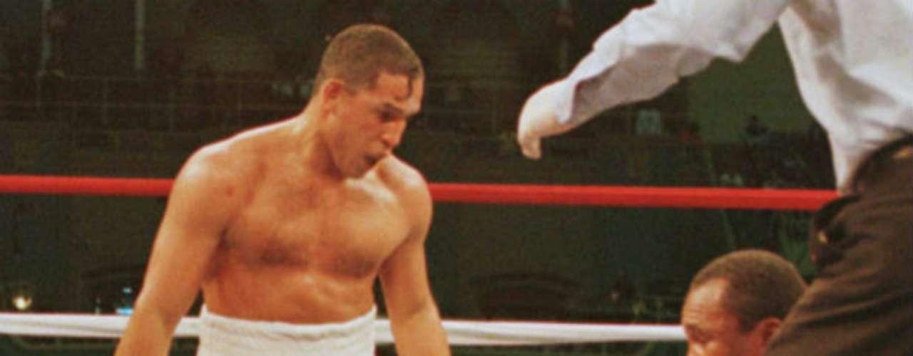 'Macho' Camacho peleó contra grandes. Aquí tras vencer a Sugar Ray Leonard en 1997.
