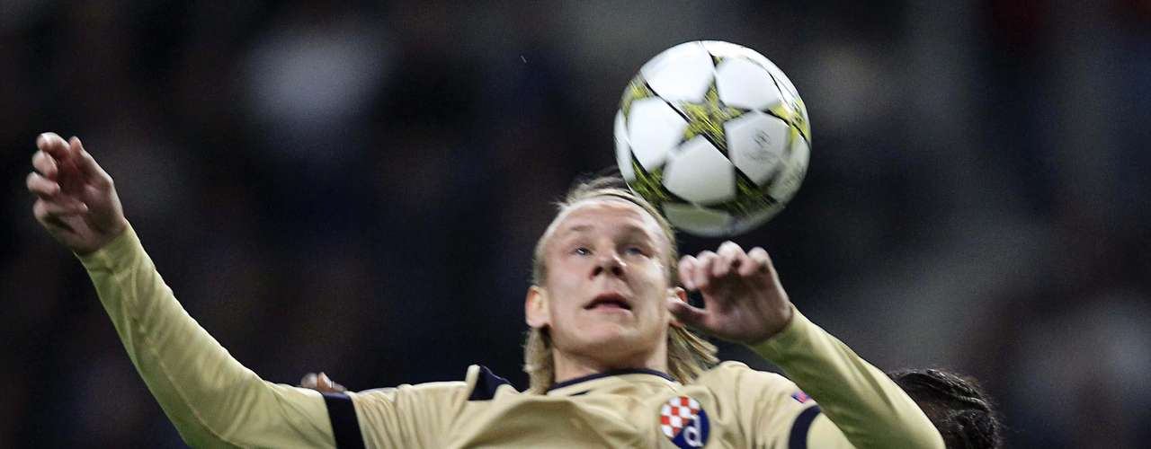 Porto's Abdoulaye Ba (23) fights for the ball with Dinamo Zagreb's Domagoj Vida (C) during their Champions League Group A soccer match at Dragon Stadium in Porto November 21, 2012.