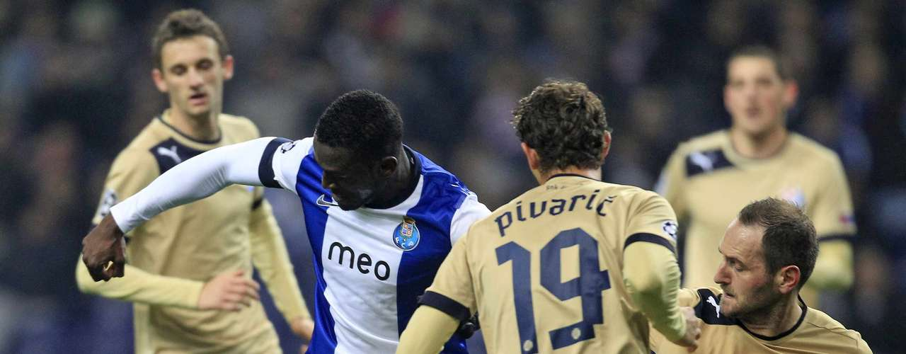 Porto's Jackson Martinez (2nd L) fights for the ball with Dinamo Zagreb's (L to R) Marcelo Brozovic, Josip Pivaric and Josip Simunic during their Champions League Group A soccer match at Dragon Stadium in Porto November 21, 2012.