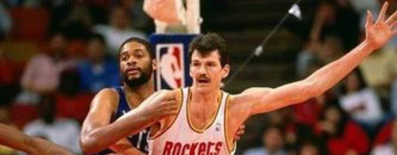 Chuck Nevitt, norteamericano de 2,26 metros de estatura, no fue un jugador muy destacado, sin embargo, logró estar en la NBA alrededor de nueve temporadas pero con contratos de poca duración. Cuando Nevitt tenía 14 años pasó de medir 1,90 a 2,08 metros en menos de dos años. Ya en su etapa dentro de la NBA era conocido como \