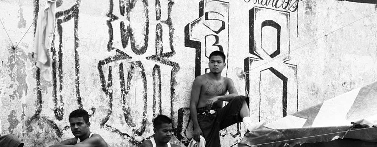 En Cojutepeque miles de hombres, la mayoría jóvenes, confían en que el acuerdo les haga un poco más fácil la vida a los miembros de las pandillas, adentro y afuera, y así la violencia amaine.