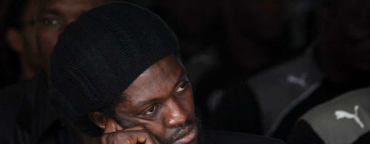 En enero de 2010, previo al arranque de la Copa Africana en Ángola, el autobús de la selección togolesa fue baleado por un grupo guerrillero. Tres personas perdieron la vida y siete jugadores fueron heridos. A raíz del atentado renunciaron al torneo. Aquí Emmanuel Adebayor en un funeral de uno de sus compañeros.