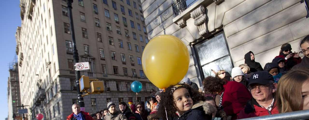 Los jóvenes, tanto de edad como de corazón, se deleitaron con el paso marcial de las bandas, los ejecutantes y por supuesto los globos gigantescos en forma de personajes infantiles.