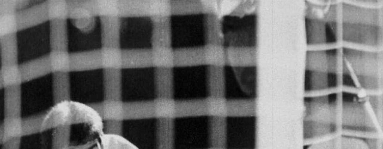 Pero ha habido otros deportistas que no han corrido con la fortuna de Cáceres y Cabañas como el colombiano Andrés Escobar, quien tuvo una desafortunada acción en el Mundial de Estados Unidos 1994 al marcar un autogol ante los anfitriones, que le costó a los cafeteros la eliminación. El 2 de julio de ese año fue asesinado al recibir seis disparos, aparentemente, por esa jugada que le costó a los apostadores mucho dinero.