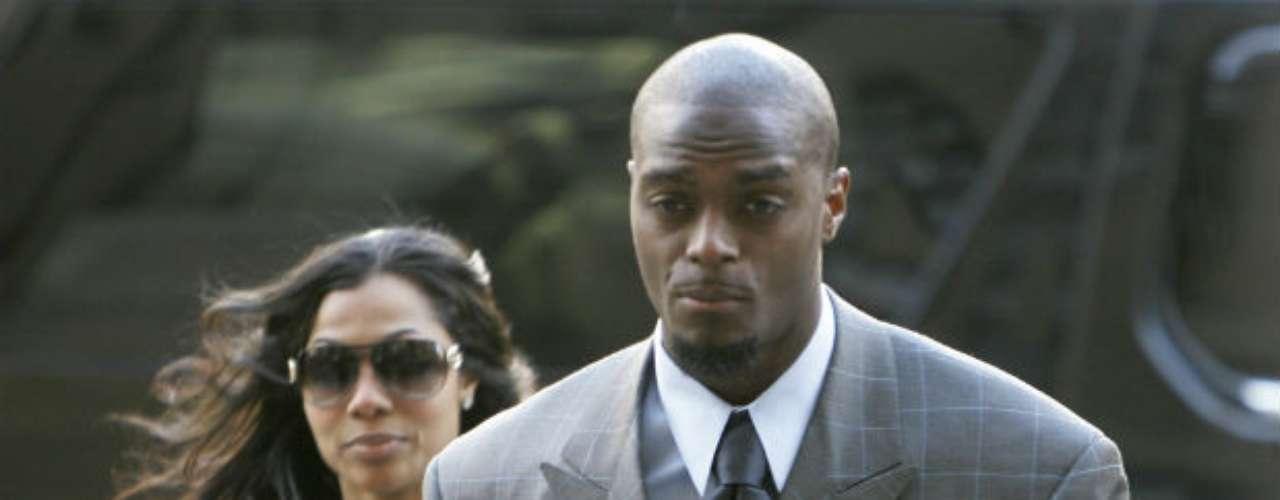 Un caso atípico pero al final de cuentas peligroso fue el del receptor Plaxico Burress. En 2009, fue sentenciado a dos años de prisión tras dispararse accidentalmente en el muslo en un club nocturno de Nueva York y luego aceptar un acuerdo de culpabilidad por tenencia ilegal de armas.