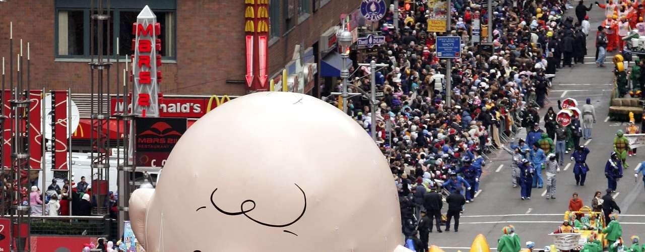 El tradicional Desfile de Macy's, al que asisten más de tres millones de espectadores y es seguido por 50 millones de telespectadores, incluye globos gigantes con los personajes de Elf on a Shelf, Papa Pitufo, Hello Kitty, Buzz Lightyear, Mickey Mouse y el Pillsbury Doughboy. Más tarde se aprestaban a cantar Carly Rae Jepsen y Rachel Crow de \