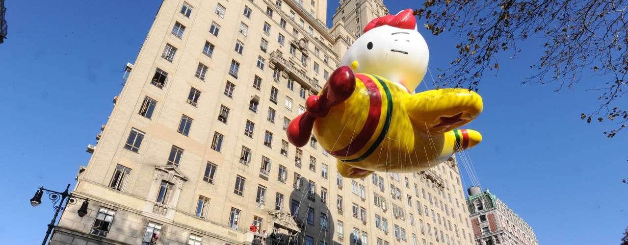 Bajo un cielo azul celeste, el globo de  Hello Kitty, brilla  en el Central Park West durante el 86 desfile de Macy en el día de  Acción de Gracias