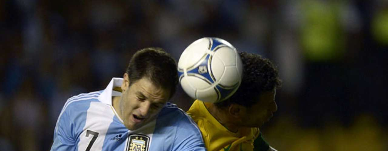 Argentina's forward Juan Manuel Martinez (R) vies for the ball with Brazil'sforward Fred