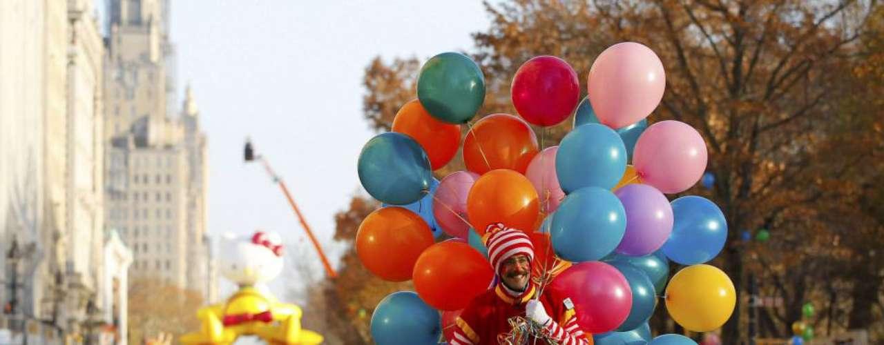 Un payaso en patines a lo largo de Central Park West a la espera del comienzo del desfile de Macy del Día de Acción de Gracias