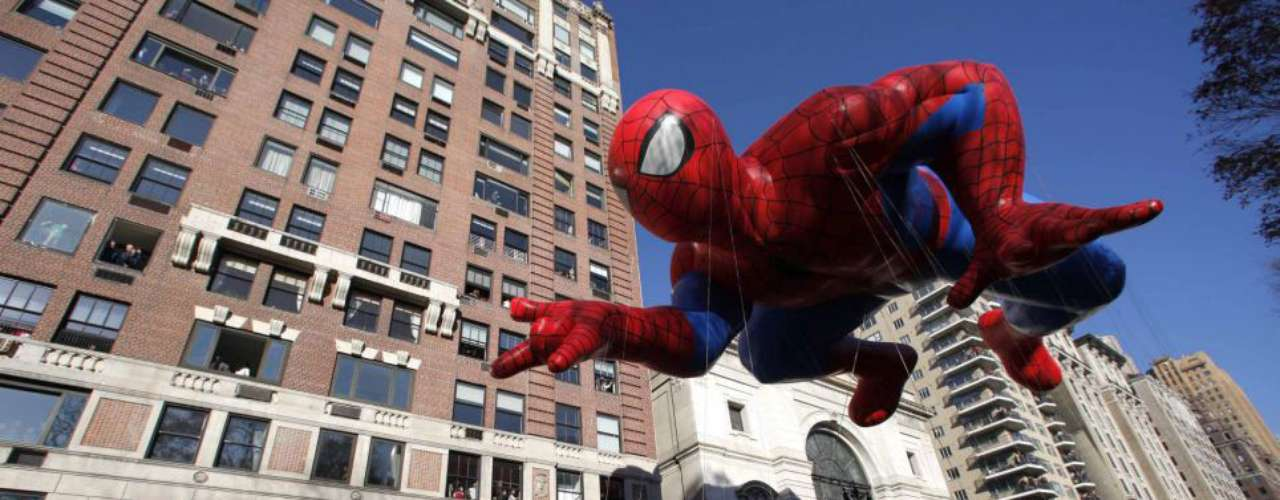 El globo de Spiderman flota en Central Park West