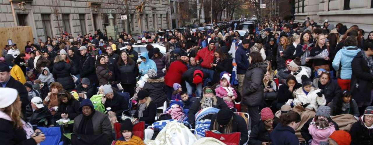 Algunas personas acamparon durante la noche para obtener la mejor vista del desfile, mientras que otros trajeron escaleras y sillas plegables
