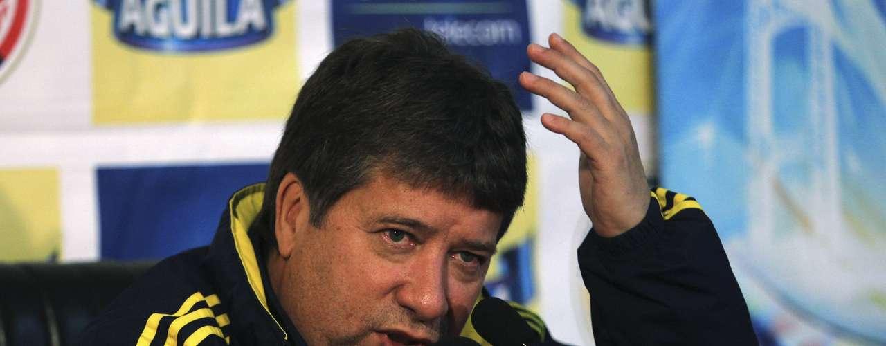 En 2011, cuando dirigía a la selección colombiana, Hernán 'Bolillo' Gómez, admitió que golpeó a una mujer en un bar de Bogotá.