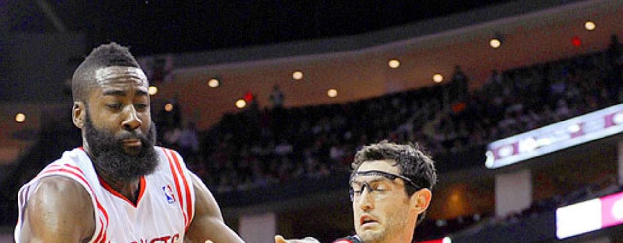 Bulls vs. Rockets: Kirk Hinrich (12) intenta hacer un pase ante la marca de James Harden.