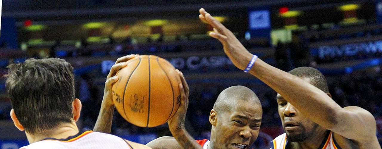 Clippers vs. Thunder: Jamal Crawford (11) intenta superar la marca de Nick Collison (4) y Kevin Durant (35).