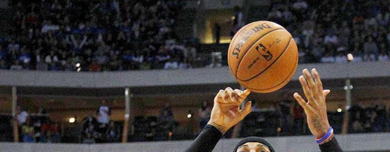 Knicks vs. Mavericks: O.J. Mayo (32) se queja de un golpe recibido de parte de Carmelo Anthony (7).