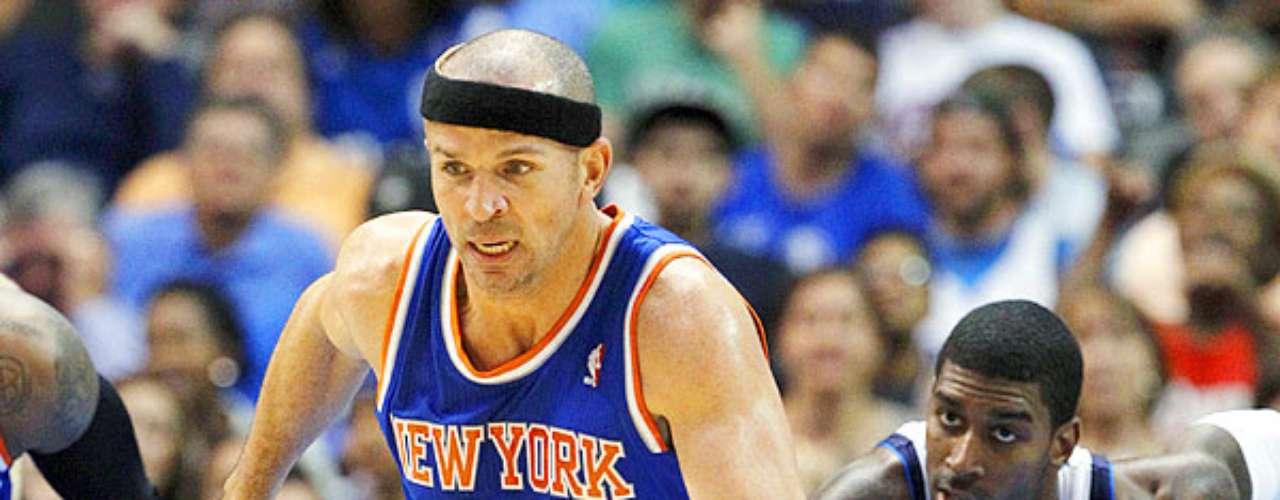 Knicks vs. Mavericks: Jason Kidd (5) sale con el balón tras robarlo a Chris Kaman y O.J. Mayo (32).