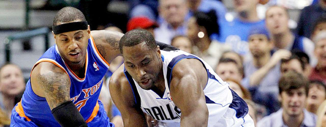 Knicks vs. Mavericks: Carmelo Anthony (7) pelea por el balón con Elton Brand (42).