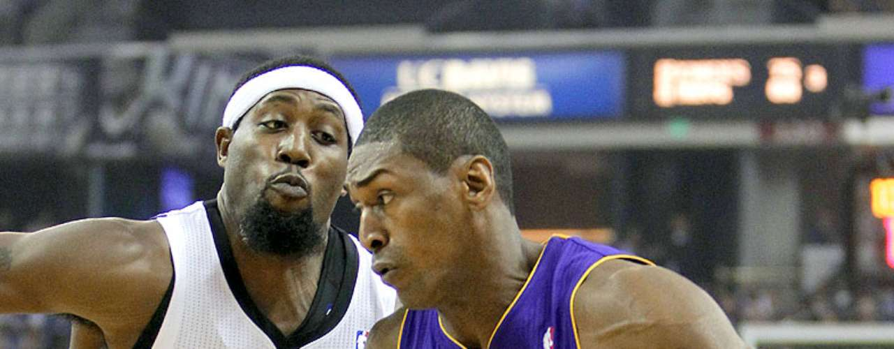 Lakers vs. Kings: Meta World Peace intenta driblar la marca de John Salmons.