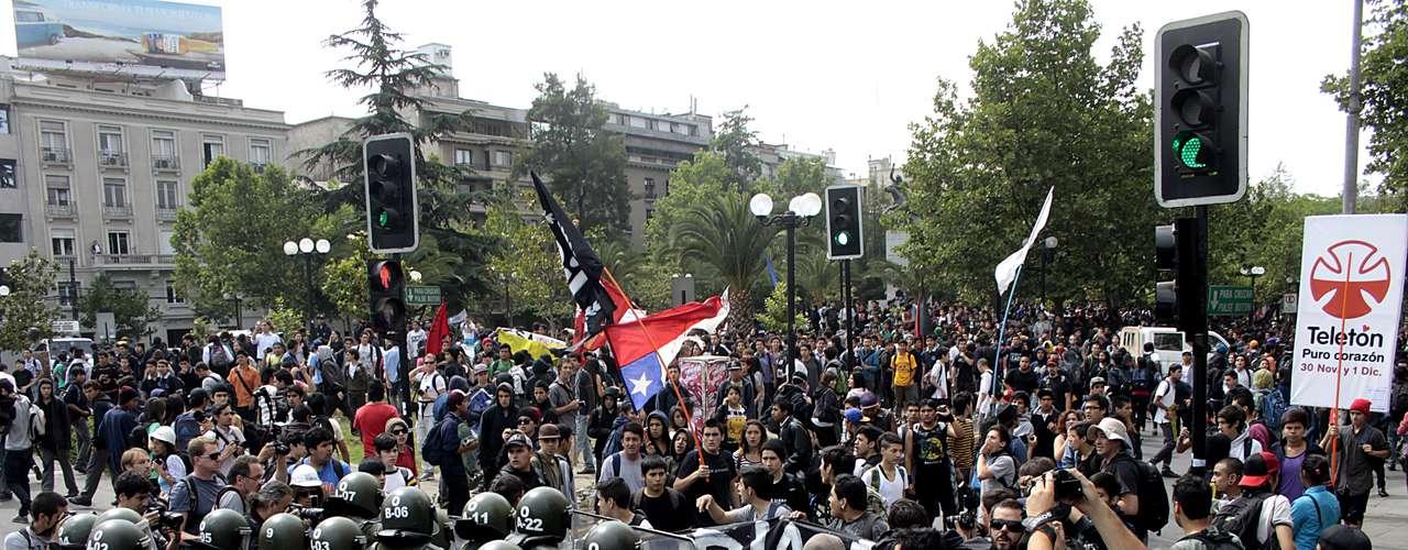 Estudiantes protagonizaron violentos incidentes hoy en el centro de Santiago, por el Paseo Bulnes con Santa Isabel, y en el sector de Plaza Italia, donde se enfrentaron con Fuerzas Especiales de Carabineros.