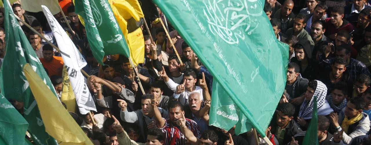 A mediodía se concentraron en la avenida de Omar Al Mujtar miles de personas en un mar de banderas de distintos colores, una vista nada habitual en Gaza, donde lo común es que solo se vean las banderas verdes de Hamás o las negras de la Yihad Islámica.