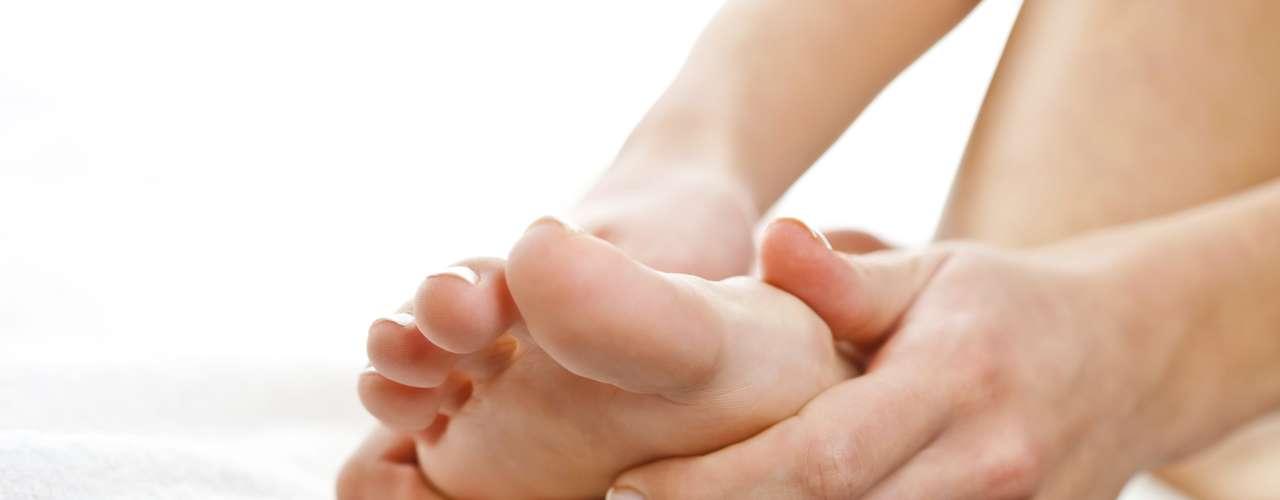 7. Revisa cuidadosamente tus pies para detectar pequeñas heridas, callos o cualquier otro problema.