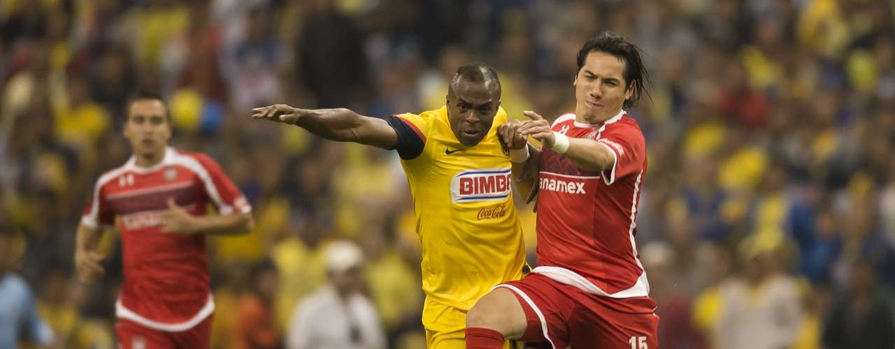 Christian Benítez was easily controlled by Antonio Rios and the Toluca defense.