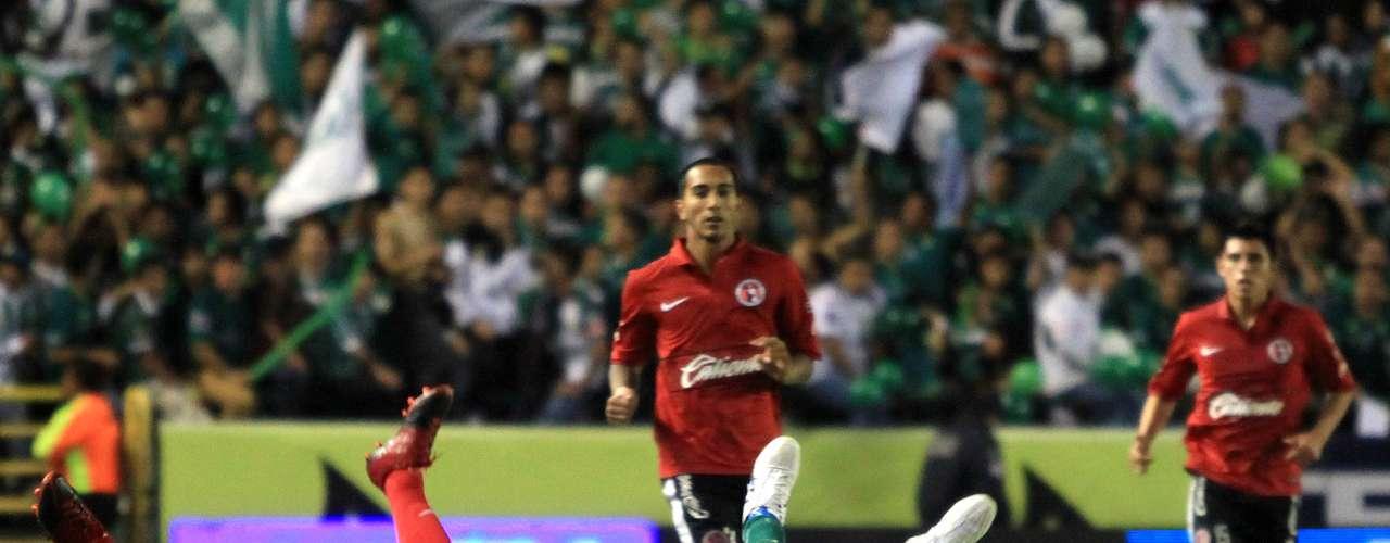 Los jugadores de Tijuana y León lucharon cada balón a muerte