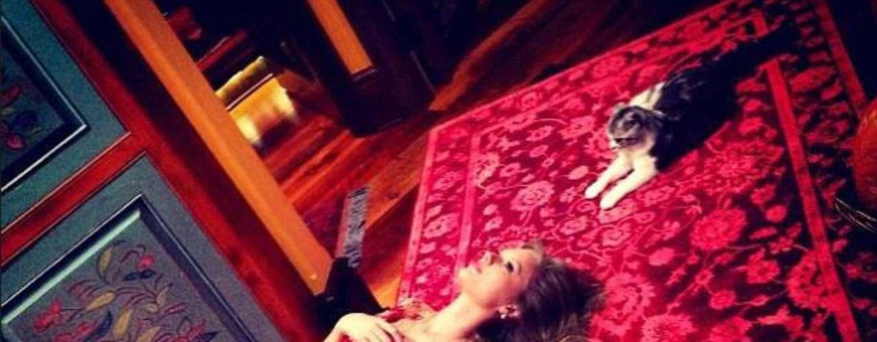 Taylor Swift estuvo en Japón para Acción de Gracias y pasó el día con el gato, twitteando 'Estoy agradecida por esta amistad'