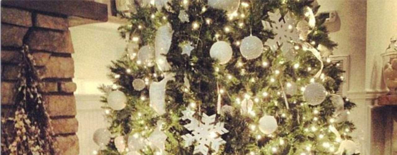 En algún momento durante las festividades del día, Julianna Hough yacía con la cabeza bajo el árbol de Navidad