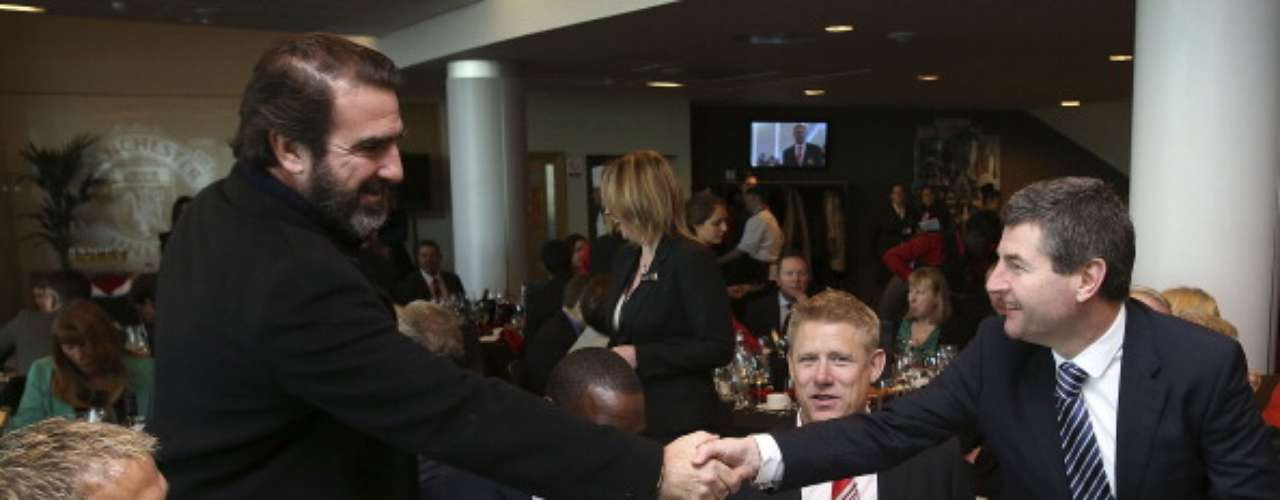 'The King' Cantona also chatted with Denis Irwin, with whom he shared the Manchester United locker room.
