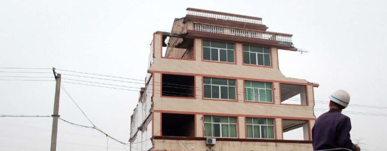 No es la primera vez que propietarios chinos se niegan a abandonar sus viviendas como protesta por el bajo precio que las autoridades pagan por expropiarles el terreno, lo que ha llevado a muchos ciudadanos chinos a llamar estas viviendas como \