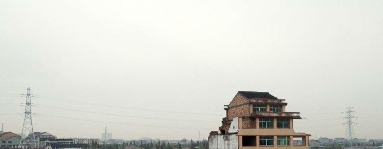 En este caso, la construcción de la autopista no se ha detenido ante la negativa de estos propietarios y las numerosas fotografías que han publicado los medios de comunicación chinos y que circulan por Internet muestran la vivienda, de cinco pisos, en el centro de una gran calzada doble recién asfaltada.