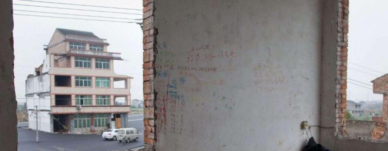 Organizaciones como China Human Rights Defenders denuncian los abusos que los gobiernos locales y empresas constructoras cometen frecuentemente contra los propietarios de zonas donde quieren edificar, desde el impago de indemnizaciones hasta el uso de la violencia.