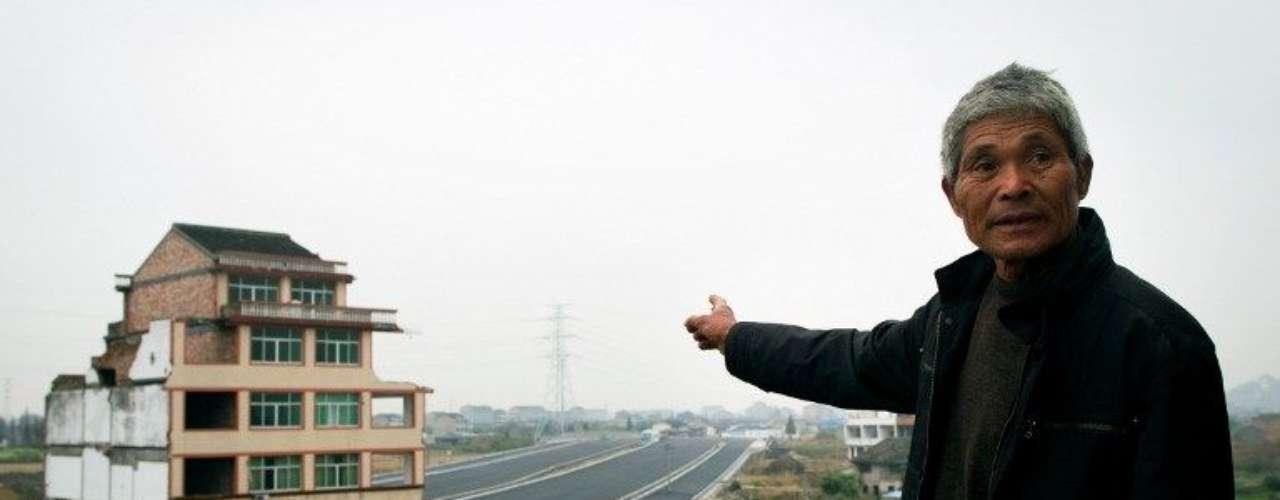 A diferencia de sus vecinos, que aceptaron la compensación del Gobierno local para dejar sus casas, Luo Baogen y su mujer consideran insuficiente los 260.000 yuanes (41.730 dólares o 32.365 euros) que les ofrecieron por la expropiación.