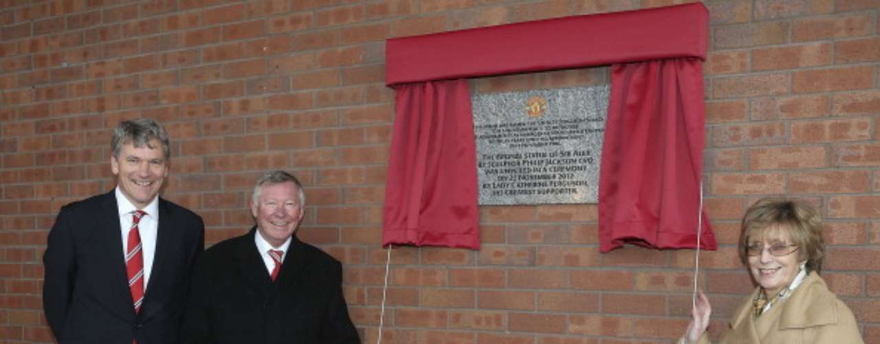 'Fergie''s wife, Cathy Ferguson, reveals a plaque in his honor.