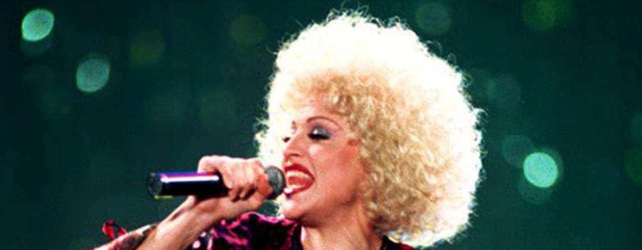 'The Girlie Show World Tour' (1993) se convirtió en la gira que trajo a Madonna por primera vez a Latinoamérica, alcanzó una cifra de más de 70 millones de dólares. En México inauguró el Foro Sol, recinto con capacidad para 55 mil personas. La 'Chica Material' también pisó por primera vez Israel y Turquía.