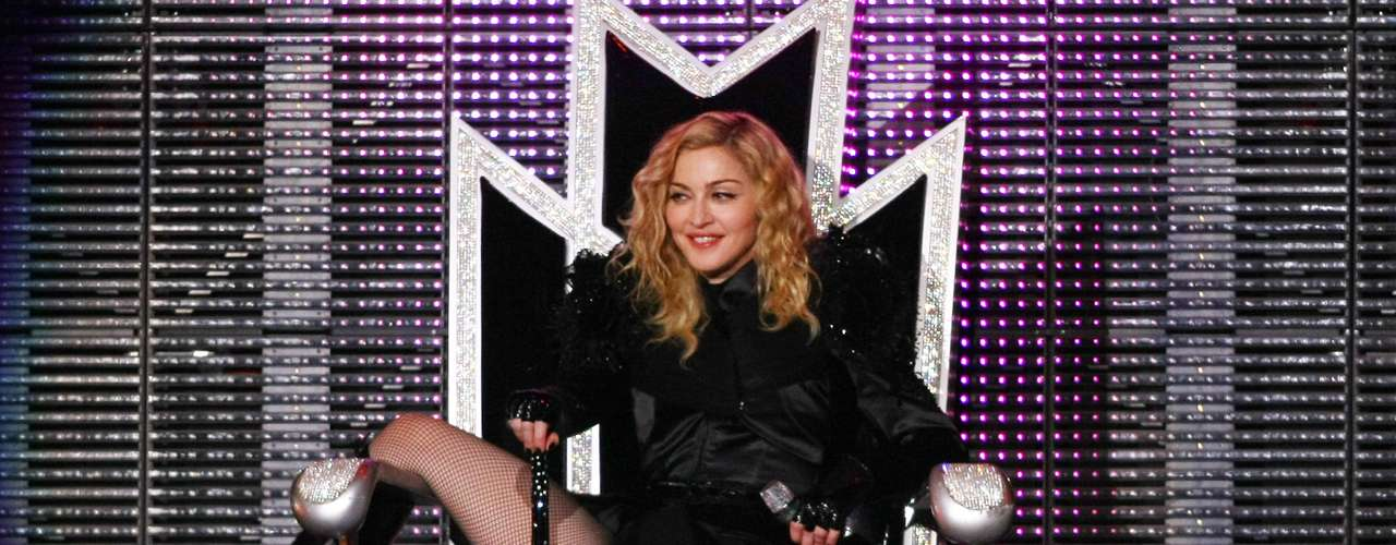 Más de 400 millones de dólares consiguió Madonna con su penúltima gira, Sticky & Sweet Tour, rankeada como la Gira más recaudada de todos los tiempos de una artista solista. La cifra podría ser superada por ella misma con su 'MDNA Tour' o por Lady Gaga y su gira 'Born This Way Ball'.