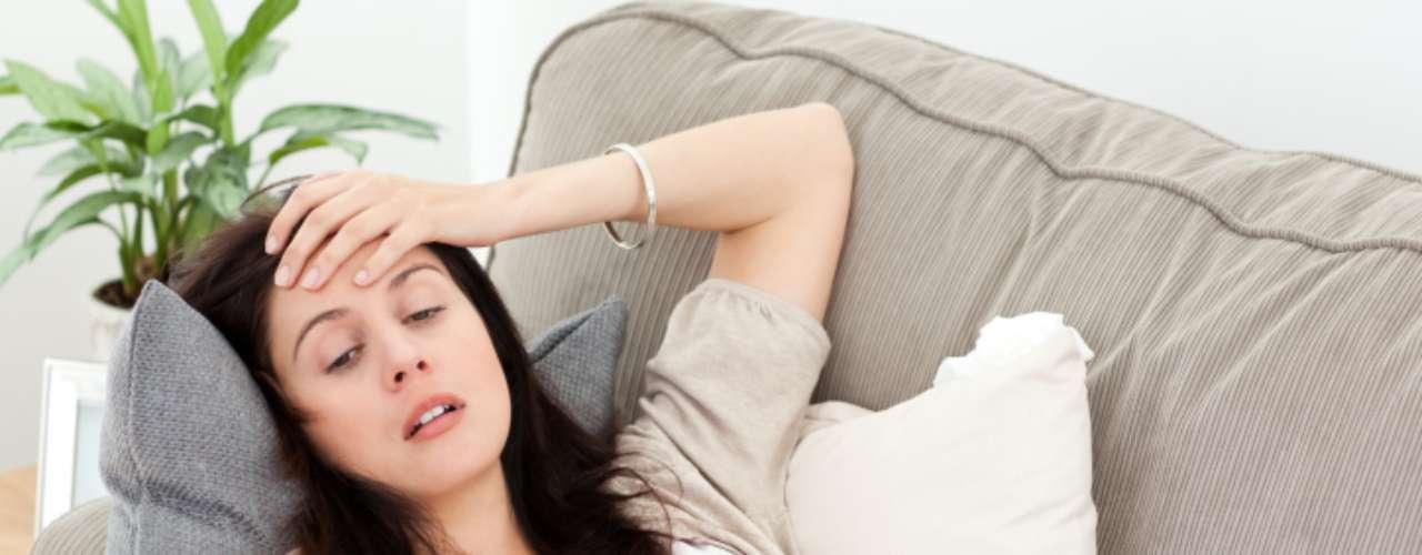 Según señal: tus dolores de cabeza están acompañados de otros síntomas. Raramente existe un paciente con un tumor cerebral cuyo único síntoma sea un dolor de cabeza. La mayoría de las veces la persona también presentan otros síntomas, tales como náuseas, mareos o vómitos. En ocasiones, las señales son más obvias todavía como: convulsiones, dificultad para hablar, debilidad en los miembros o problemas con la visión periférica.