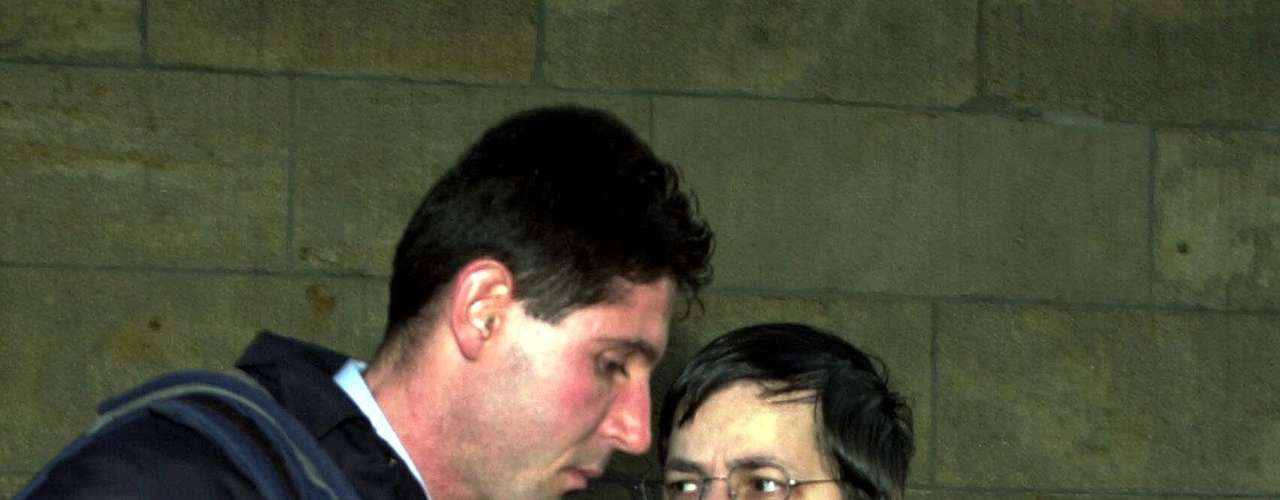 Antes de que se emitiera el veredicto en el 2004, la intervención de las autoridades en el caso fue muy criticada. Un hecho que la opinión pública condenó fue que la policía registró la casa de Dutroux el 13 de diciembre de 1995 y lo hizo nuevamente seis días después en relación a un robo de coches, pero no se dio cuenta de la presencia de Julie Lejeune y Mélissa Russo en la casa, quienes aún estaban vivas en esa fecha.