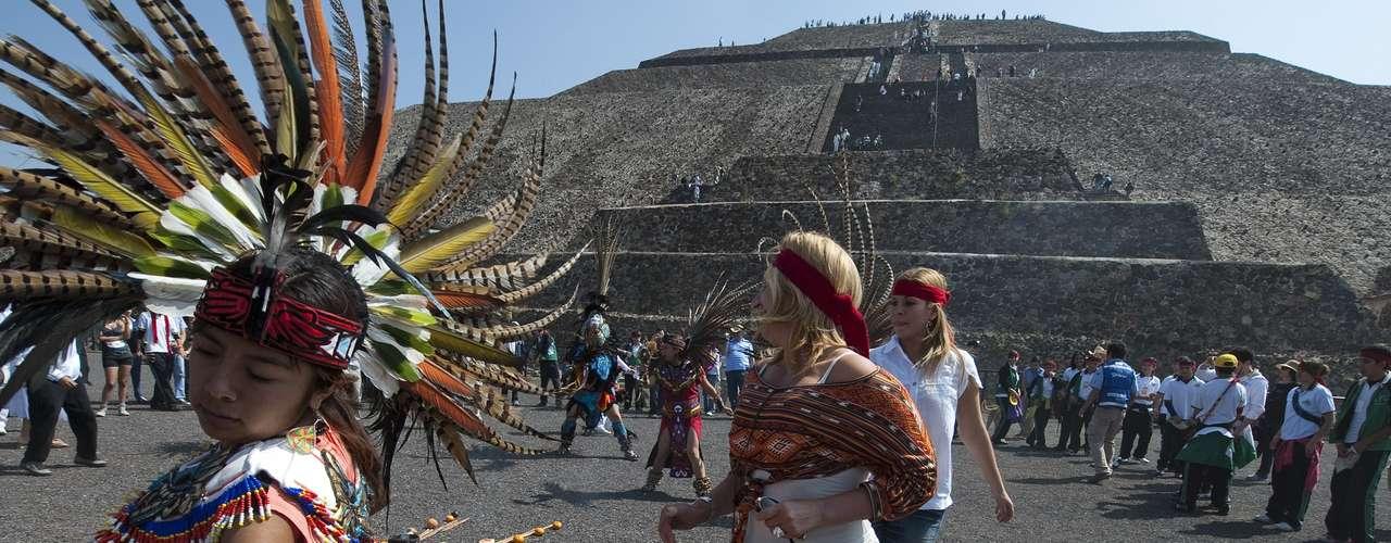 5- México ahora se quiere llamar ... México. A unos días de concluir su gobierno, el presidente mexicano, Felipe Calderón, se ha propuesto cambiar el nombre de su país. Calderón firmó un decreto para modificar la Constitución y sustituir el nombre del país de Estados Unidos Mexicanos a, simplemente, México.