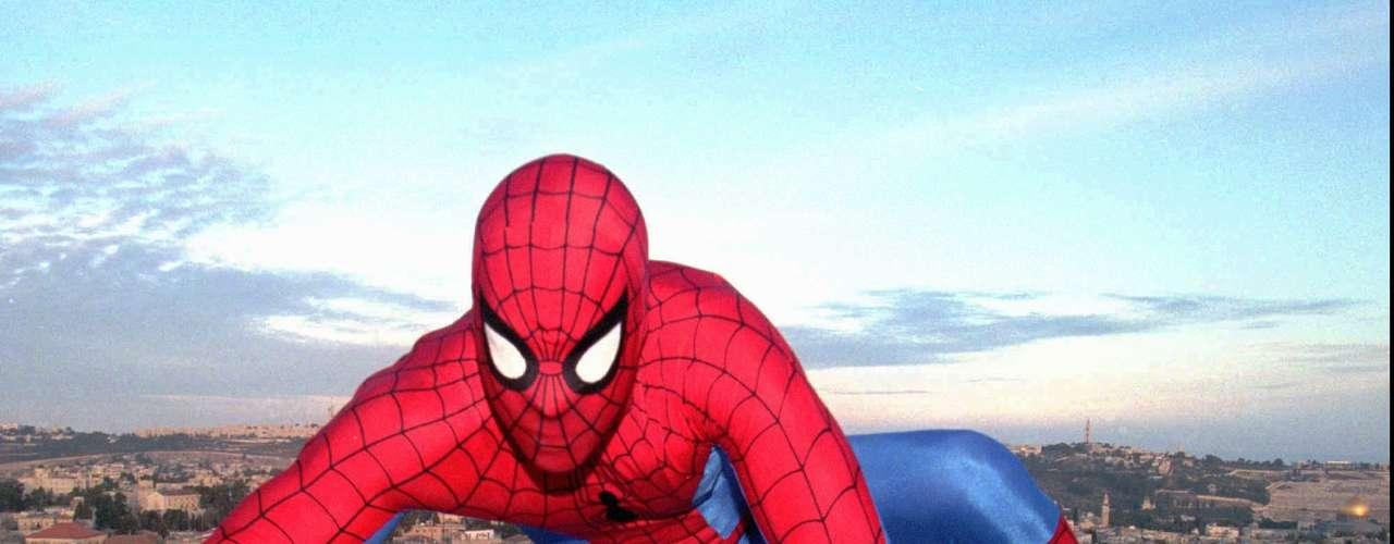 1- El secreto de adherencia de Spiderman. La ciencia quiere aprovecharse de la capacidad del Spiderman del mundo animal, el lagarto gecónido, para escalar por las paredes y colgarse boca abajo. Son varias las compañías que han intentado imitar el secreto de su técnica para crear materiales adhesivos.