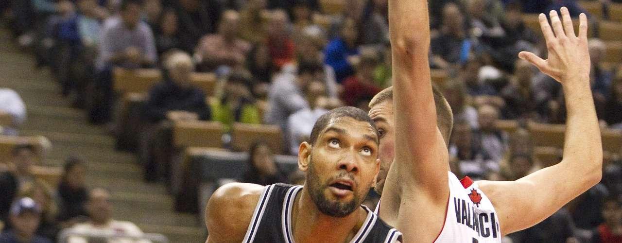 Una vez más la combinación del base francés Tony Parker y el veterano Tim Duncan permitieron que los Spurs de San Antonio vencieron a domicilio, en doble prórroga, a los Raptors de Toronto por 106-111.
