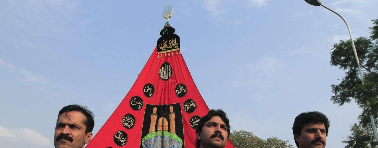 A partir de esa noche, grandes y pequeñas procesiones de penitentes enlutados, encabezadas por banderas negras con el nombre de Husein, recorrerán las calles con efusión de lamentos y tronar de tambores.
