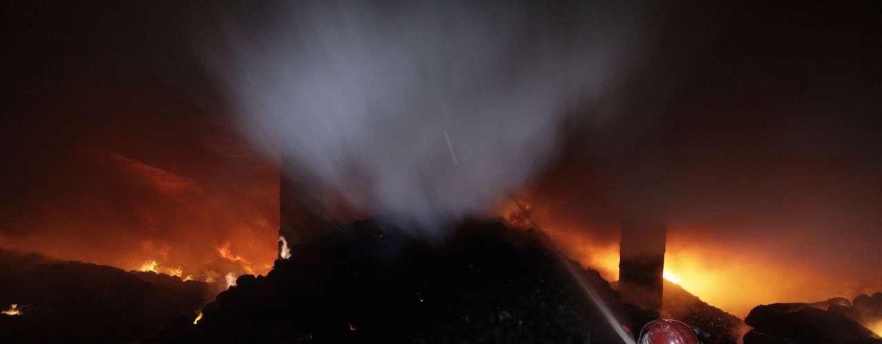 El incendio ocurrido por la noche en una fábrica de ocho plantas de la empresa Tazreen Fashion se extendió rápidamente por todo el complejo, situado en la Zona de Procesamiento de Exportaciones de las afueras de Dacca.