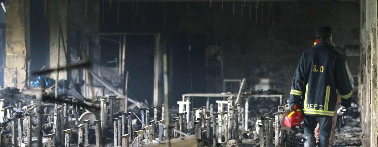El incendio comenzó en la planta baja del edificio y desde allí se extendió rápidamente hasta la cuarta planta, mientras algunos trabajadores de la fábrica corrían a refugiarse al techo del edificio, de donde fueron rescatados una cincuentena de ellos.