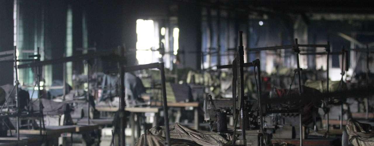 Una fuente de los servicios de bomberos reveló a Efe que sus equipos han hallado 111 cadáveres en el interior de la fábrica, mientras que otras fuentes oficiales aseguraron a \