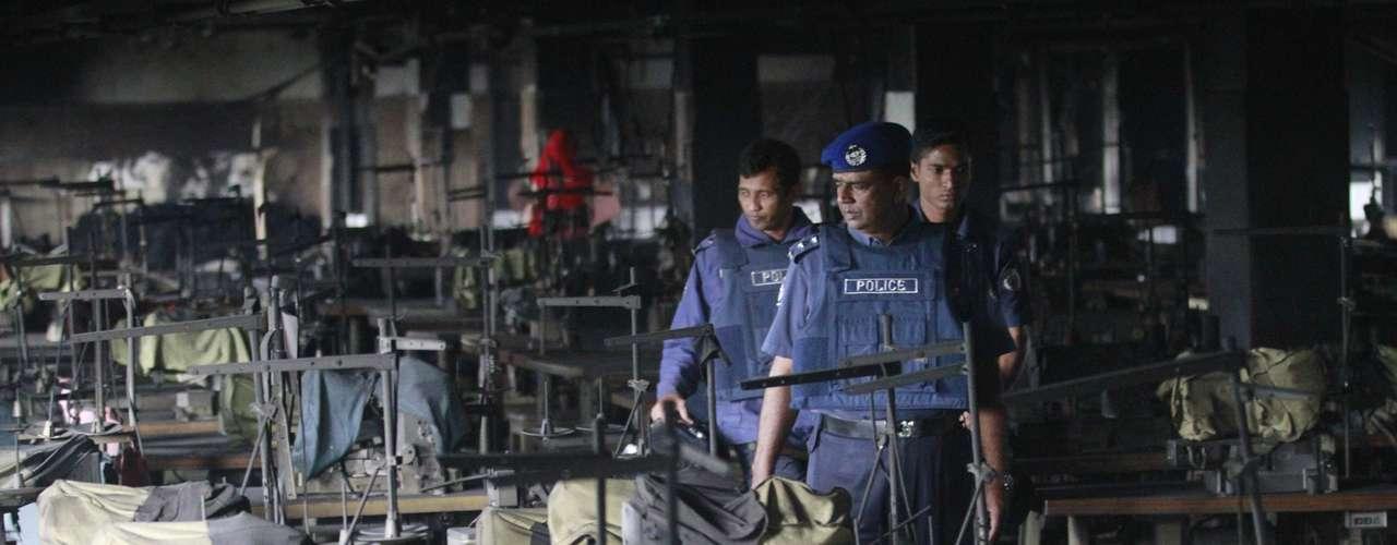 Hasta la fábrica se desplazaron un total de tres vehículos de bomberos poco después del inicio del fuego, que comenzaron a luchar contra las llamas con ayuda de los lugareños, y otros doce vehículos llegaron más tarde, de acuerdo con medios locales.