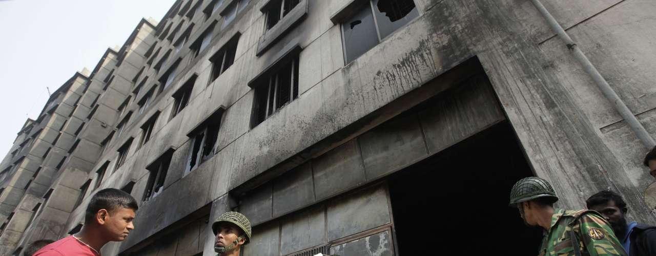 Además, unos 100 trabajadores resultaron heridos, según fuentes de los servicios hospitalarios citadas por el diario bangladeshí \