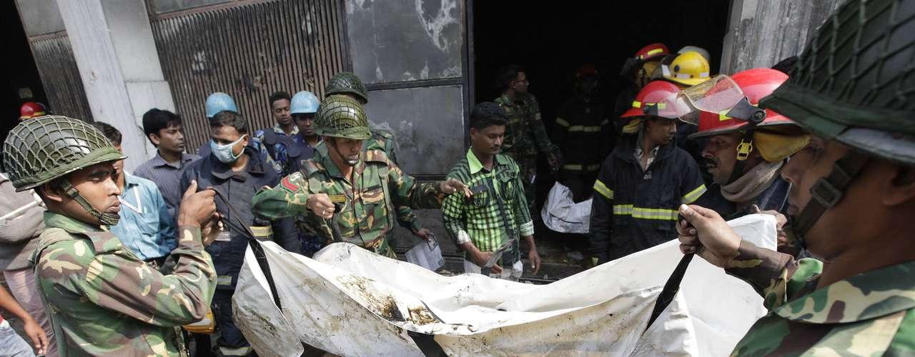 Inicialmente, las autoridades informaron de las muertes de nueve personas, pero los bomberos hallaron muchos más cadáveres cuando pudieron acceder a las instalaciones y una vez que el fuego fue controlado en la madrugada.